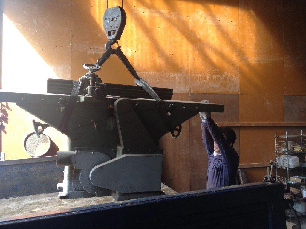 クレーンを使って車両に積み込み。小さく見えても機械はやっぱり重たい!
