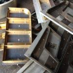 アルミに真鍮の型抜き刃。一体何の抜き型?