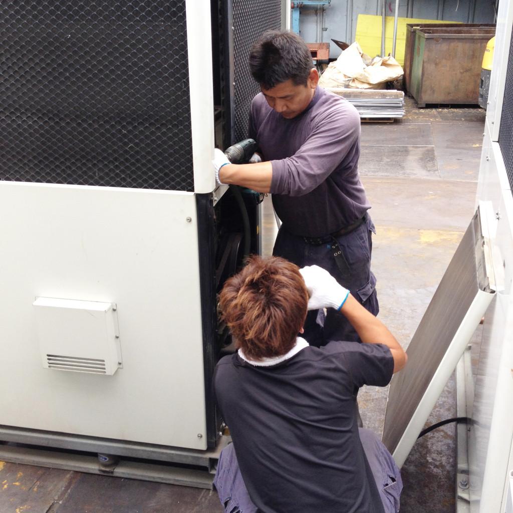 パネルを外してエンジンオイルとラジエター水の除去作業開始