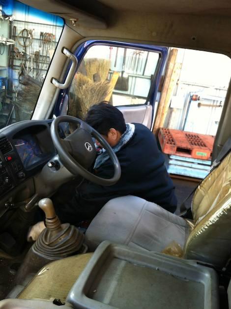 きれい好きの朝隈さんに運転席まわりを念入りに掃除してもらいました