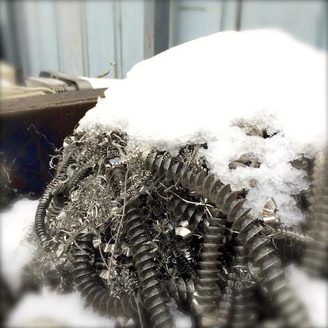 ステンレス切り粉と雪帽子