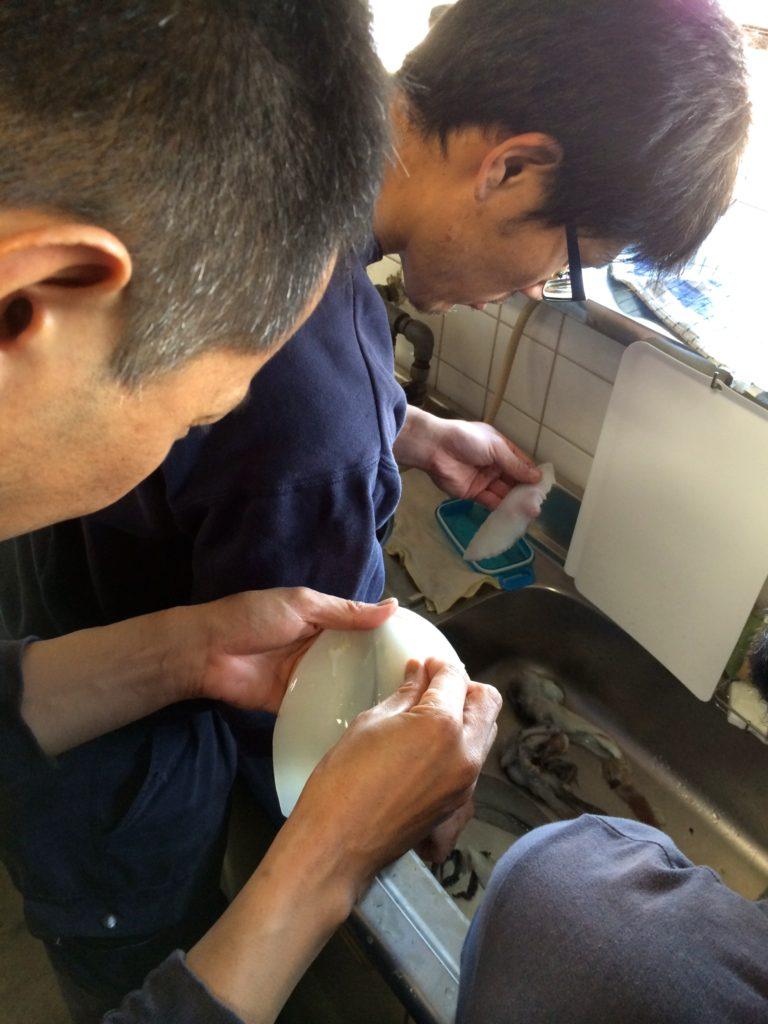 イカの皮を剥く平田さん