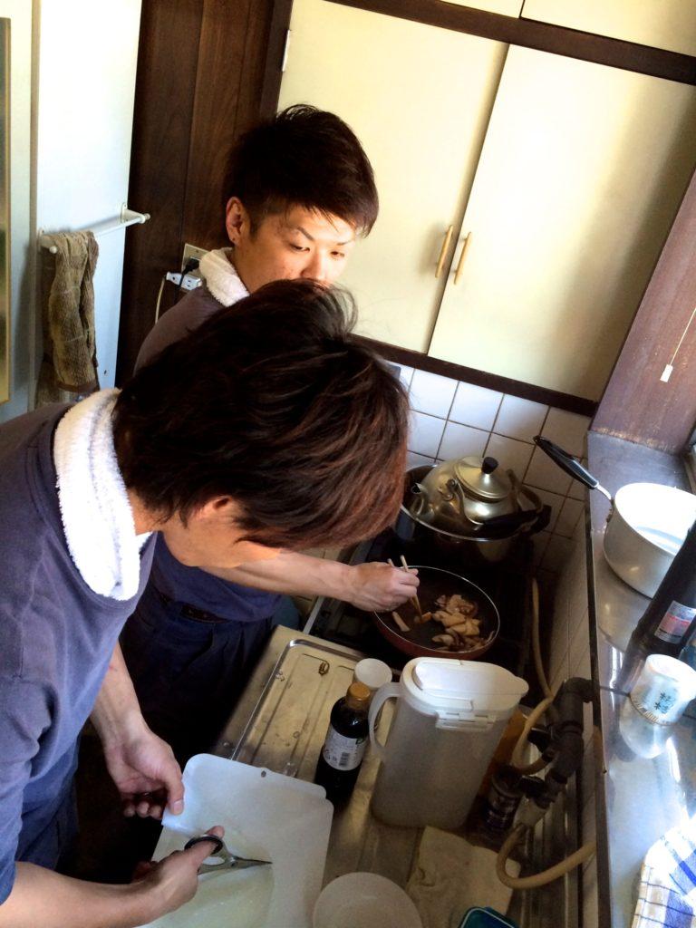 駿さん調理中