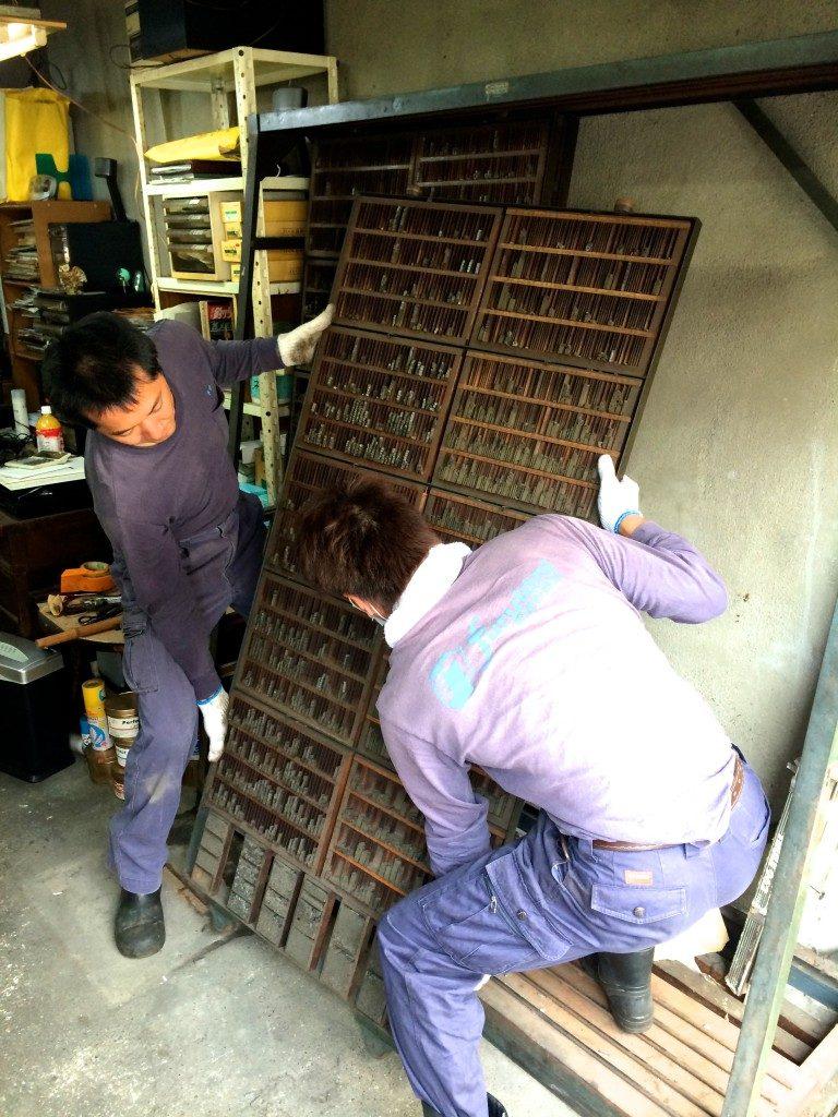 鉄製の専用ラックを慎重に取り外して車に積んで行きます