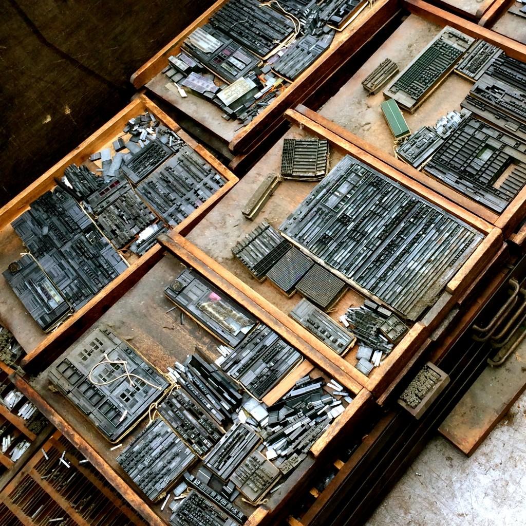 可動式の棚に収納されていた活字は1枚1枚取り外して棚のまま搬出しました
