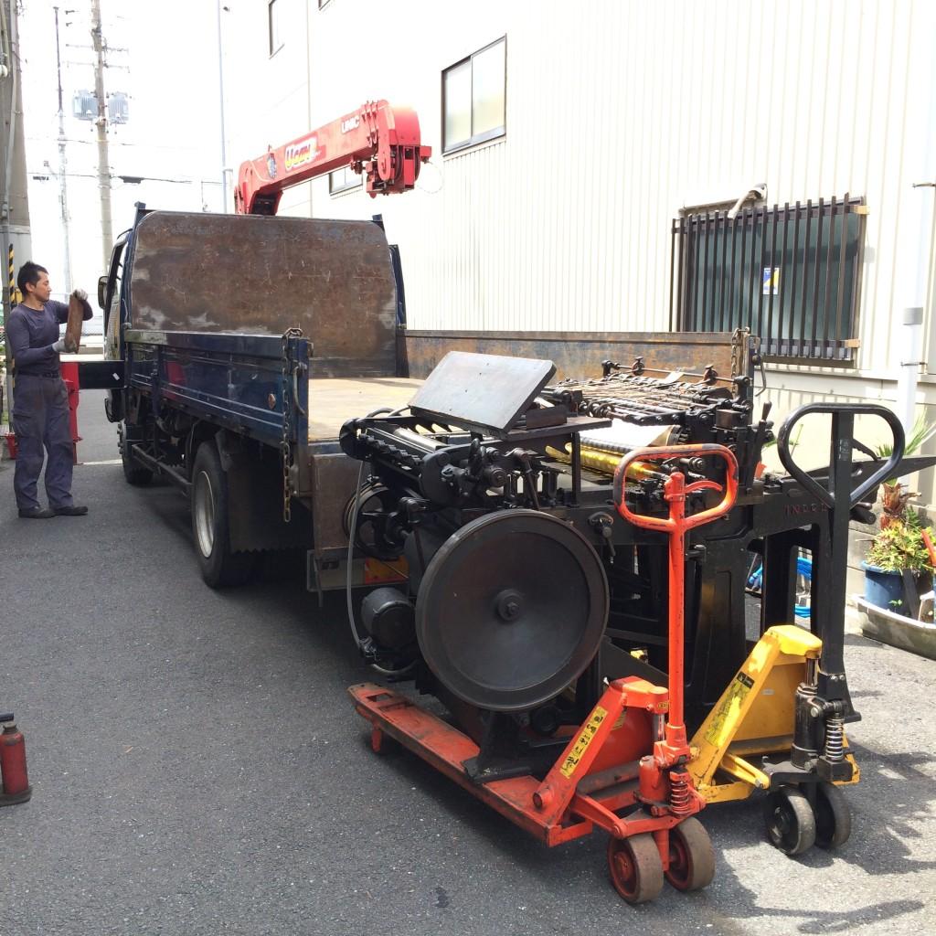 搬出した機械はユニックを使って車に積み込んで行きます