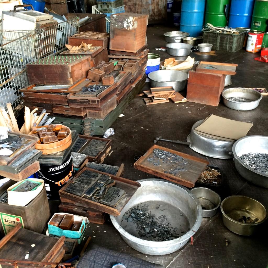 持ち帰った活字は弊社内で不純物を取り除き、鉛の活字と亜鉛の活字に種分けします