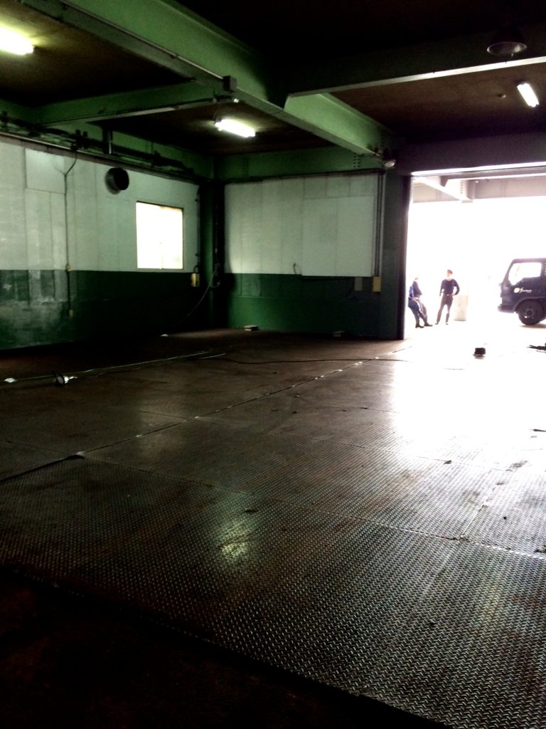 200坪の広さに敷き詰められた鉄板の撤去大作戦