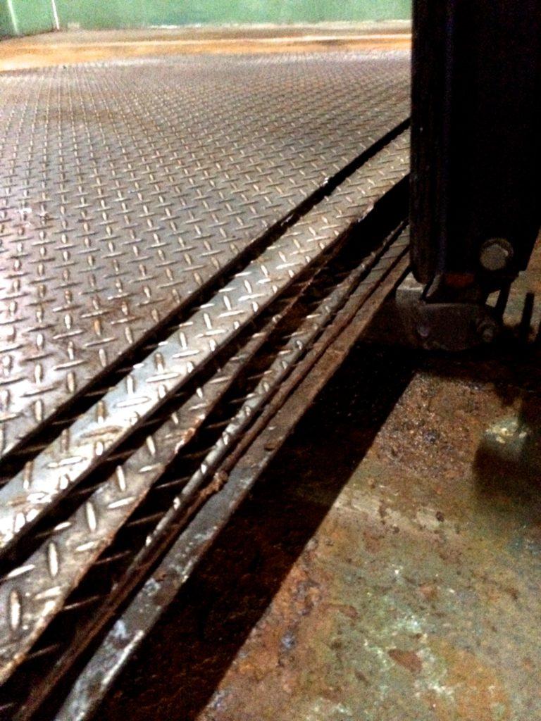 何枚もの鉄板を纏めてすくい上げます