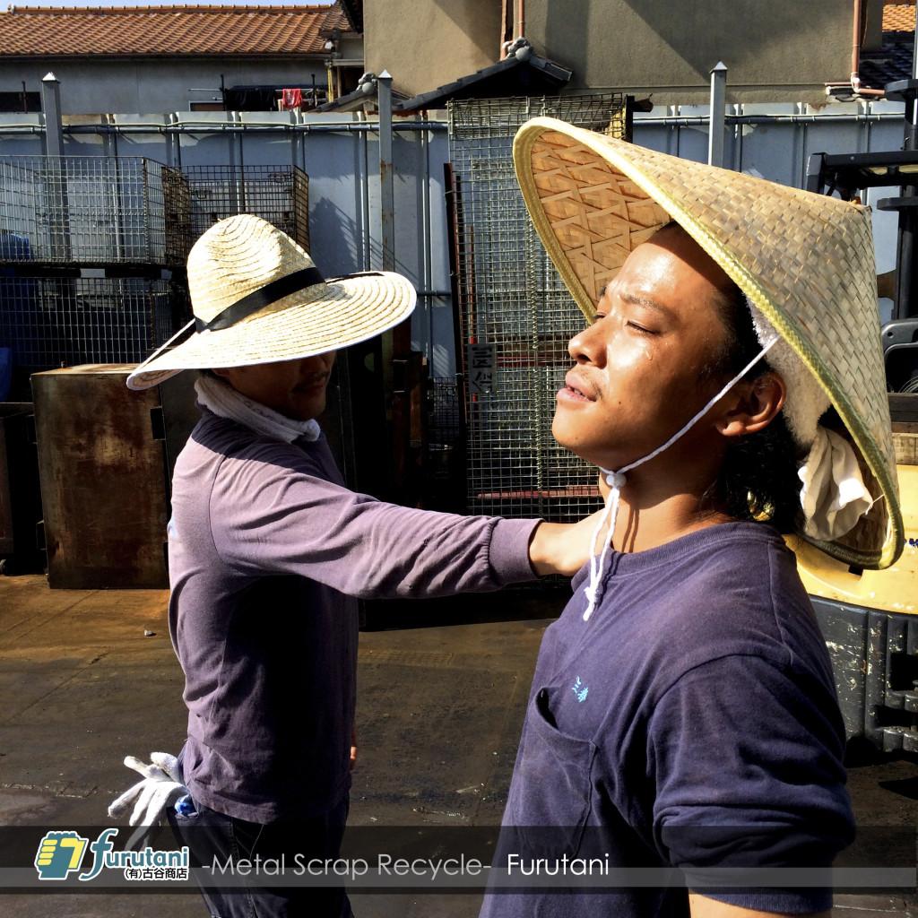真夏の熱中症対策は麦わら帽子