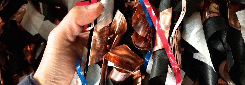 抑え巻きの不織布も細かく切断され、銅と混ぜこぜの状態