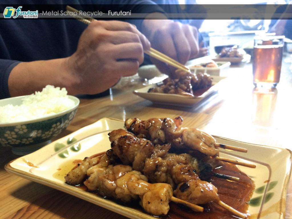 「鳥坂」の焼き鳥でみんな笑顔☆スクラップ屋のお昼ごはん♬