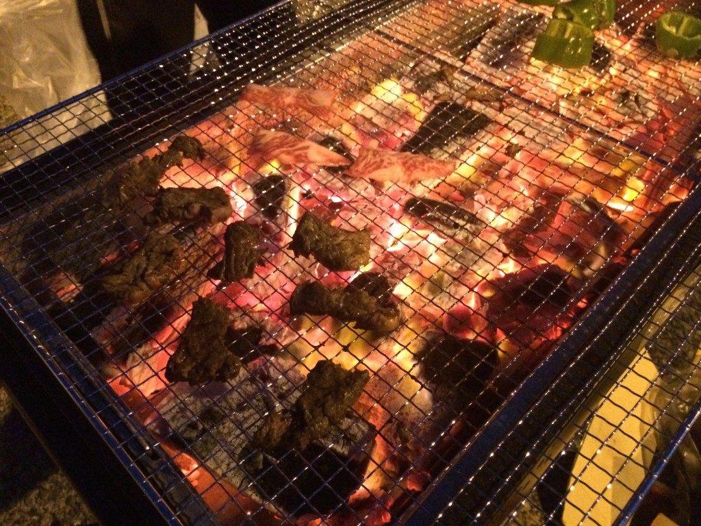 頑張っておこした炭火で食べるBBQは最高