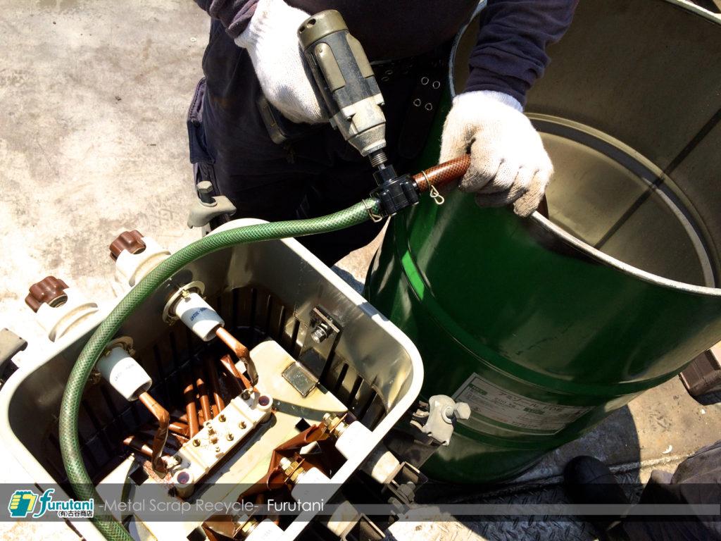 湿式トランス絶縁油を抜く作業