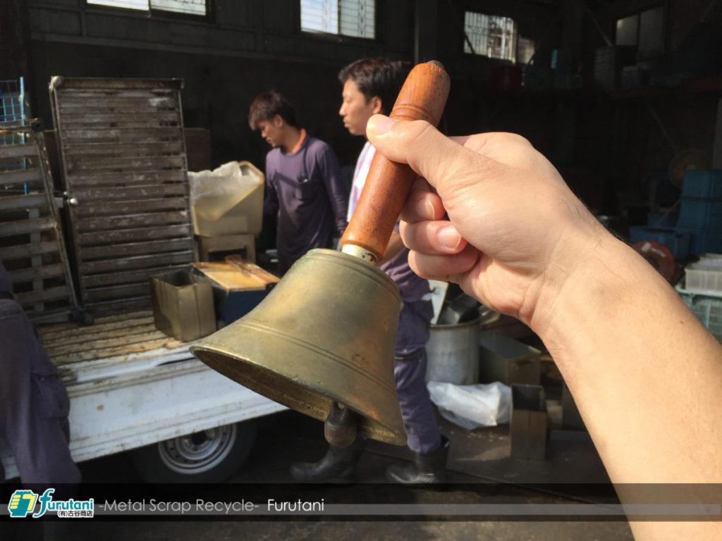 これは懐かしい!豆腐屋産の鐘は真鍮製♬