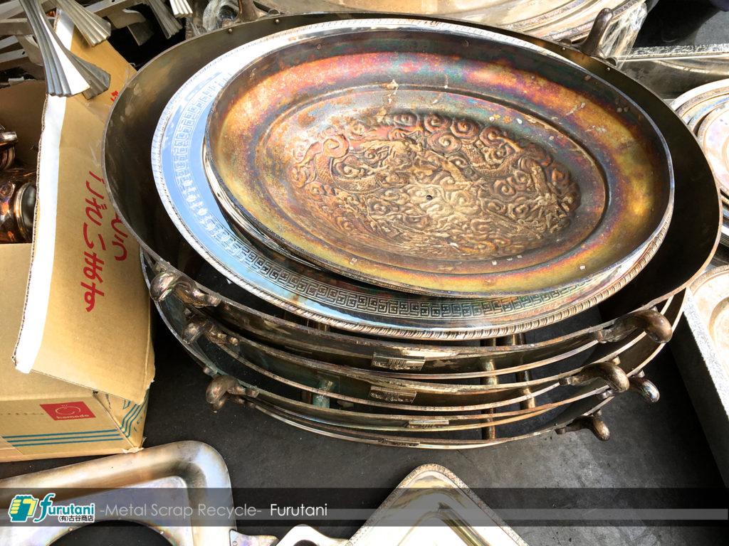 洋白の食器スクラップが入荷(^▽^)洋白についてのあれこれ!