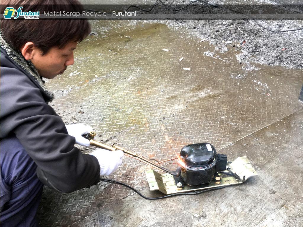 冷却用レシプロ式コンプレッサー(黒モーター)の解体だ☆(^▽^)