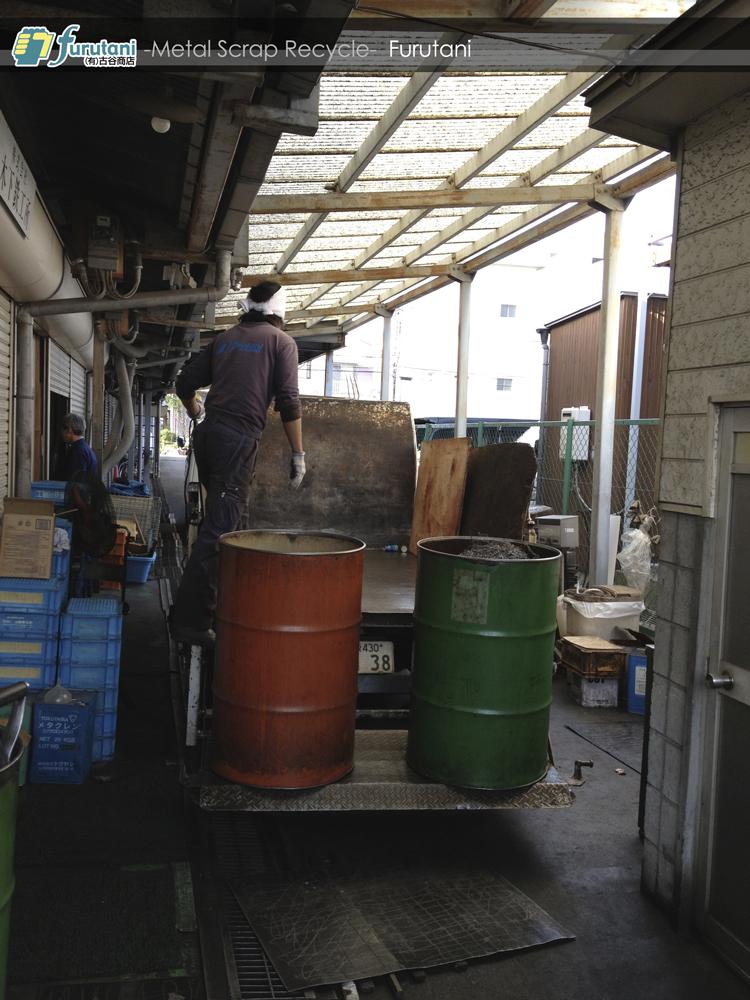 パワーゲートでダライ粉が入ったドラム缶をトラックにのせる