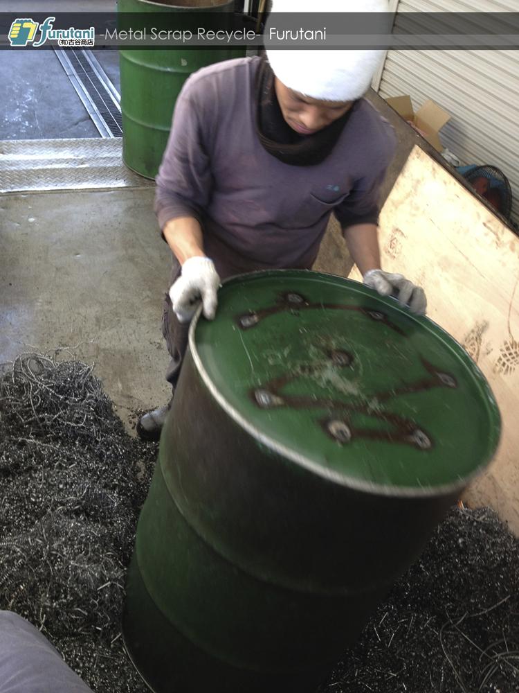 ダライ粉の入ったドラム缶をひっくり返す