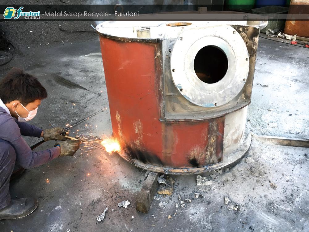 ステンレスと鉄でできた業務用ミキサーのタンクを解体してみた!