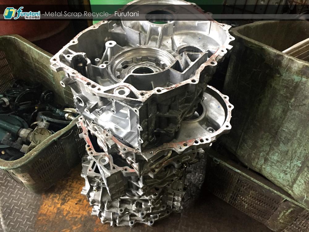 アルミの塊?ハイブリッド車のエンジン部品スクラップを解体してみた!